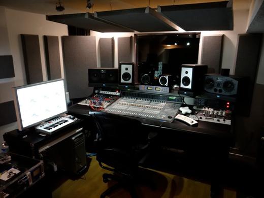 Super dj super producer junior sanchez inside a hitmaker for Super studio